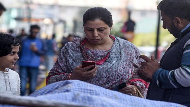 কাশ্মীরে মোবাইল সেবা চালুর পর এসএমএস সেবা বন্ধ
