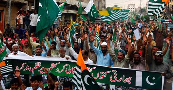পাকিস্তানে স্বরাষ্ট্রমন্ত্রীর বাড়ি ঘেরাও করে টিএলপি সমর্থকদের বিক্ষোভ
